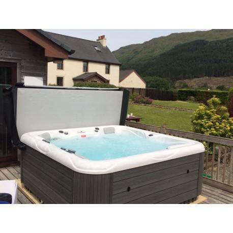 jacuzzi europ en 5 places 2 couchettes haut parleurs. Black Bedroom Furniture Sets. Home Design Ideas